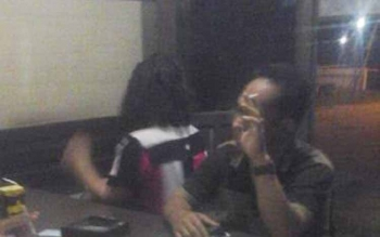 Perempuan dengan inisial SW yang merupakan Kepala Bidang di Kabupaten Lamandau dan IW diamankan di Polsek Kurun setelah digerebek di Hotel Adelin Jalan Tjili Riwut, Kuala Kurun, Sabtu (20/8/2016) malam. DOK BORNEONEWS