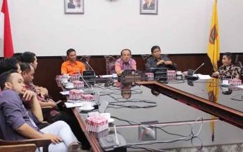 Waket DPRD Kalteng Abdul Razak usai menerima audensi Ombudsman RI Kalteng dan Dosen Unpar Palangka Raya di ruang pertemuan DPRD, Senin. Razak mengatakan,pihak dewan bisa memaklumi perombakan yang dilakukan gubernur karena sifatnya mendesak dan untuk perbaikan.