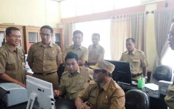 Wagub cek absensi saat sidak di Dinas Pendidikan Kalimantan Tengah. BONEONEWS/ROZIKIN