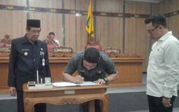 Wakil Ketua DPRD Kotim Parimus menandatangani nota kesepakatan bersama KUA/PPAS APBD Perubahan 2016, disaksikan Wakil Bupati Kotim M Taufiq Mukri, dalam rapat paripurna DPRD Kotim,Rabu (24/8/2016). BORNEONEWS/M. RIFQI