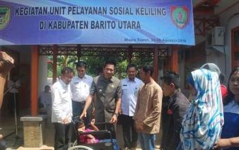 Bupati Barito Utara, H Nadalsyah menyerahkan bantuan kepada penyandang cacat, pada kegiatan Unit Pelayanan Sosial Keliling (UPSK), di Dinsosnakertrans Barut, Rabu (24/8/2016). BORNEONEWS/PPOST/AGUS SIDIK