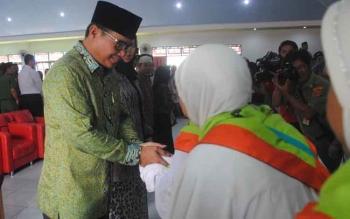 Bupati Barsel HM Farid Yusran MM saat melepas keberangkatan jamaah calon haji asal Barito Selatan. BORNEONEWS/LAILY MANSYUR