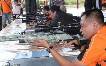 Bupati Pulang Pisau H Edy Pratowo (Tengah) Ketua DPRD Maruadi dan Dandim 1011/KLK Letkol Inf Akhmad Syaikhu mendapat kesempatan pertama untuk tembakan di lapangan Wira Satya Pulang Pisau. BORNEONEWS/JAMES DONNY