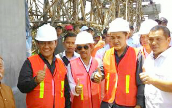 Bupati Pulang Pisau, H Edy Pratowo (kiri) didampingi Plt Kepala DPU Afiadin Husni (kedua kiri) saat meninjau pembangunan Jembatan Sebangau, Rabu (24/8/2016). BORNEONEWS/JAMES DONNY