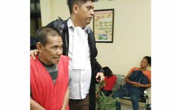 Darius, alias Pantung, diantar Jaksa Penuntut Umum Dana Mahendra kembali ke ruang tahanan Pengadilan Negeri Palangka Raya, Rabu (24/8/2016). BORNEONEWS/RONI SAHALA