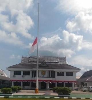 Pengibaran bendera merah putih setengah tiang, Rabu (24/8/2016), selama tiga hari, di lingkup instansi pemerintah di Kabupaten Gunung Mas, atas meninggalnya mantan Bupati Gumas Hambit Bintih. BORNEONEWS/EPRA SENTOSA