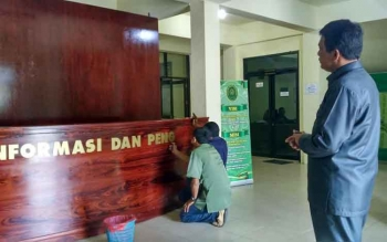 Ketua PN Palangka Raya, Parlas Nababan mengawasi sejumlah pegawai saat memasang meja informasi, Kamis (25/8/2016). BORNEONEWS/RONI SAHALA
