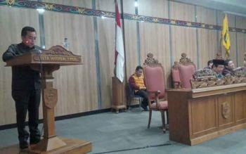 Juru bicara Fraksi PDI Perjuangan DPRD Kotim Rimbun, saat menyampaikan pemandangan fraksinya terhadap KUA-PPAS RAPBD P 2016, Kamis (25/8/2016). BORNEONEWS/M. HAMIM