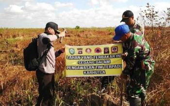 Tim gabungan pencegahan dan penanganan kebakaran hutan dan lahan Kabupaten Kotawaringin Timur, memasang spanduk pengawasan di areal bekas kebakaran lahan, beberapa waktu lalu. BORNEONEWS/M. RIFQI