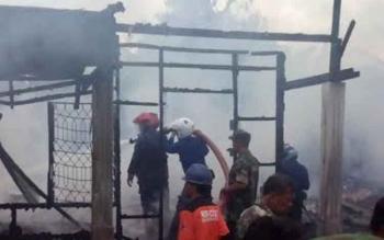 Pasukan pemadam kebakaran saat memadamkan api yang menghanguskan lima rumah warga di Baamang Sampit. Damkar Kotim minta krisis alat pemadam kebakaran mendapat perhatian pemkab. BORNEONEWS/RAFIUDIN