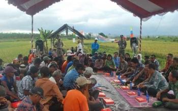 Bupati Barut H Nadalsyah dan Ketua DPRD Barut Set Enus Y Mebas melakukan pertemuan dengan para petani di Desa Trahean Kecamatan Teweh Selatan, Kamis (25/8/2016).BORNEONEWS/PPOST/AGUS SIDIK