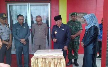 Bupati Lamandau, Marukan, saat meresmikan kantor Kecamatan Bulik, Kamis (25/8/2016). BORNEONEWS/HENDI NURFALAH