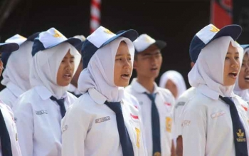 Pelajar SMP Negeri 1 Pangkalan Bun, Kotawaringin Barat, menyanyikan lagu Indonesia Raya saat upacara HUT ke-71 Kemerdekaan RI. BORNEONEWS/FAHRUDDIN FITRIYA