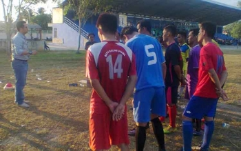 Ketua Umum KONI Kapuas HM. Hendra saat memberikan dukungan dan arahannya kepada pemain Persekap Kapuas di lapangan Sepakbola Panunjung Tarung Kapuas, kemarin. BORNEONEWS/DJEMMY NAPOLEON