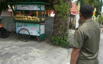 Petugas Satpol PP Kabupaten Kotawaringin Barat menertibkan sejumlah PKL jelang gelaran Festival Keraton Nusantara X. BORNEONEWS/FAHRUDDIN/m)