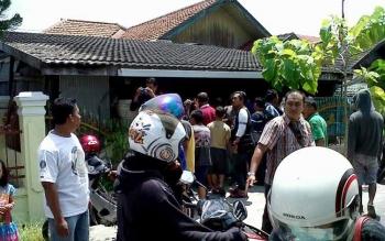 Suasana saat perampokan terjadi di kediaman Alpret Antonius alias Ahok, Jalan Antang Kalang IV, Palangka Raya, Selasa (23/8/2016) sekitar pukul 11.00 WIB. BORNEONEWS/BUDI YULIANTO