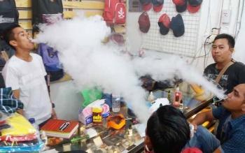 Sejumlah pemuda di Sampit, Kotawaringin Timur, yang dulunya perokok, kini berubah memakai rokok elektrik. Hal itu dilakukan karena rokok akan naik hingga mencapai Rp50 ribu per bungkus. BORNEONEWS/M. HAMIM