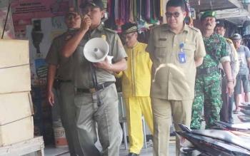 Tim terpadu penertiban PKL sedang mensosialisasikan kepada para pedagang. Mereka memberikan tenggangvwaktu selama dua minggu untuk tidak berjualan di trotoar dan badan jalan. BORNEONEWS/KOKO SULISTYO