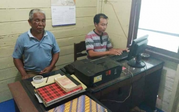 Guru atas nama KN yang dianiaya olah orang tua murid menjalani pemeriksaan di Polsek Kurun, Kamis (25/8/2016) siang. BORNEONEWS/EPRA SENTOSA