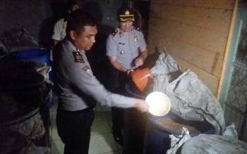 Waka Polres Kotim Kompol Bronto Budiono bersama Kabag Ops AKP M Ali Akbar sedang membuka drun dan melihat isi dalam drum