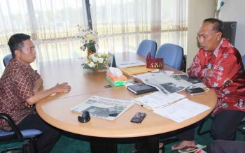 Wakil Walikota Palangka Raya bersama Pemred Palangka Post. BORNEONEWS/ROZIKIN