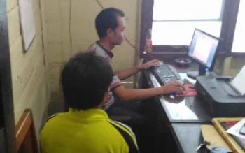 Tersangka YA (membelakangi kamera) yang melakukan terhadapa guru SDN 4 Kurun, Kabupaten Gunung Mas saat menjalani pemeriksaan di Polsek Kurun, Jumat (26/8/2016) pagi. BORNEONEWS/EPRA SENTOSA