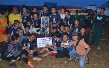 Juara I Disis I Barito Selatan Foto Bersama usai merayakan kemenangan di stadion Batuah Buntok. BORNEONEWS/URIUTU DJAPER