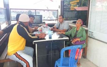 Siti Rukayah (kanan), nenek 69 tahun, di SPKT Polres Palangka Raya, melaporkan peristiwa pencurian di warungnya, Jumat (26/8/2016). Nenek Siti menangis menceritakan uang Rp28 juta hasil jerih payah berdagang raib. BORNEONEWS/BUDI YULIANTO