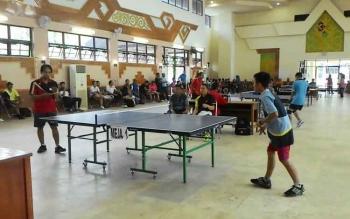 Ratusan atlet tenis meja bersaing ketat pada kejuaraan memperebutkan piala Bupati Barito Selatan, di GPU Jaro Pirarahan Buntok, 25-27 Agustus 2016. BORNEONEWS/PPOST/H LAILY MANSYUR