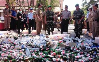 Berbagai jenis minuman keras dimusnahkan setiap tahun. Namun, di Kotawaringin Barat peredaranya masih marak. BORNEONEWS/FAHRUDDIN FITRIYA