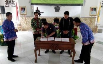 Bupati Lamandau, Marukan, saat menandatangani MoU dengan TP4D, di Nanga Bulik, Kamis (25/8/2016) sore. BORNEONEWS/HENDI NURFALAH