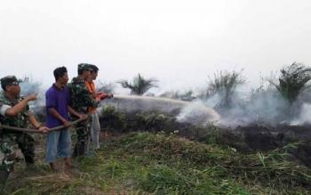 Satgas tim kebakaran hutan dan lahan Kotawaringin Barat memadamkan api di sejumlah titik. BPBD Kobar akan upayakan pelaksanaan FKN X, Oktober 2016 bebas kabut asap Karhutla. BORNEONEWS/DOK