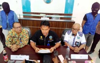 Kepala BNN Kalteng Kombes Pol A Kadarmanta (tengah) membeberkan hasil tangkap dua pengedar sabu, satu di antaranya ASN, Jumat (26/8/2016). Dari belakang, MR (kiri) dan MH (kanan). BORNEONEWS/BUDI YULIANTO