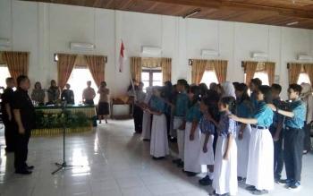 Sekda Lamandau, Arifin LP Umbing, saat mengukuhkan pengurus Forum Anak Kabupaten Lamandau, di Aula Kantor BKPP, Jumat (26/8/2016). BORNEONEWS/HENDI NURFALAH