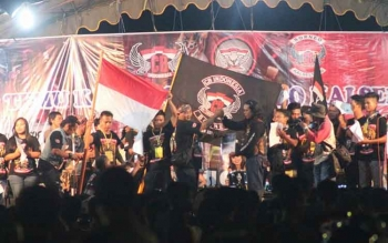 Detik-detik Club CB Indonesia Lamandau berikrar dan mendeklarasikan diri menjadi bagian dari clum CB Borneo Kalselteng, Sabtu (27/8/2016) malam, di pelataran GPU Lantang Torang, Nanga Bulik. BORNEONEWS/HENDI NURFALAH