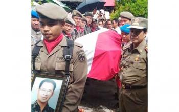Ribuan orang dari berbagai kalangan turut mengantar jenazah Hambit Bintih ke peristirahatan terakhir di komplek pemakaman Kristen yang terletak Jalan Tjilik Riwut kilometer 2,5 Palangka Raya, Minggu (28/8/2016). BORNEONEWS/EPRA SENTOSA