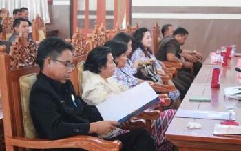 Anggota DPRD Gunung Mas Herbert Y Asin mengikuti rapat paripurna DPRD. Dia menyatakan pendidikan rendah dan ekonomi lemah sebabkan tingginya perkawinan di bawah umur di Gumas. BORNEONEWS/EPRA SENTOSA