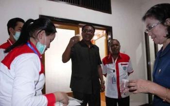Ketua DPRD Kota Palangka Raya saat melaksanakan tes urine. BORNEONEWS/ROZIKIN