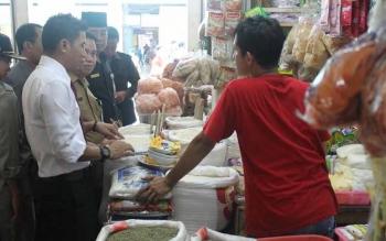 Ilustrasi, Bupati Kotim, Supian Hadi mengecek harga beras di Pusat Perbelanjaan Mentaya Sampit. Pemkab Kotim siap membantu penyerapan beras petani lokal, mulai 28 November 2016, mewajibkan ASN membeli. BORNEONEWS/DOK