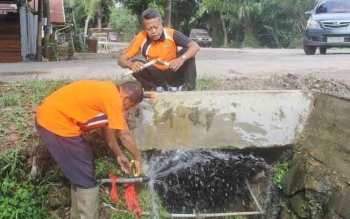 Dua orang pegawai PDAM Dharma Tirta Sampit memperbaiki pipa PDAM yang bocor. DOK BORNEONEWS