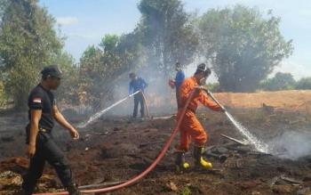 Satuan Pemadam Kebakaran (Damkar) Sukamara sedang berupaya memadamkan kebakaran yang terjadi diwilayah kota Sukamara beberapa waktu lalu.