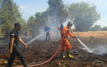 Satuan Pemadam Kebakaran (Damkar) Sukamara sedang berupaya memadamkan kebakaran yang terjadi diwilayah kota Sukamara beberapa waktu lalu. BORNEONEWS/NORHASANAH