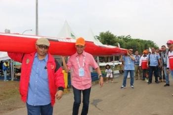 Semangati Tim Dayung Maju Final: Wagub, Sipet dan Aries Panggul Perahu Dayung