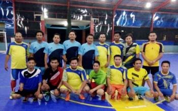 Foto bersama sebelum pertandingan antara pihak DPRD Mura dengan para insan pers di Gedung Futsal Mandiri, Puruk Cahu, Kabupaten Murung Raya, Senin (19/9) malam.