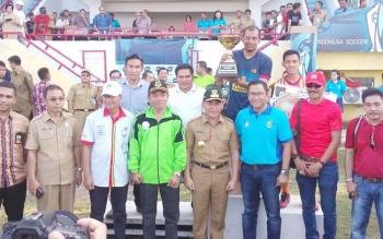 Gubernur Kalimantan Tengah Suginto berpose usai penyerahan Piala Gubernur. Setelah penyelenggaraan Linus 2016 ini, gubernur ingin buat SOHIB Cup di Sampit, Kotim. DOK BORNEONEWS