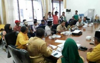 Dua dari tiga calon kepala Desa Sei Bedaun, Kecamatan Kumai mendatangi kantor Bupati Kotawaringin Barat, Kamis (22/9/2016). Tujuannya, menyampaikan protes terhadap hasil Pilkades. BORNEONEWS/FAHRUDDIN FITRIYA