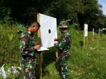 Kodim 1202/Skw melaksanakan latihan menembak senjata ringan. BORNEONEWS/DOK