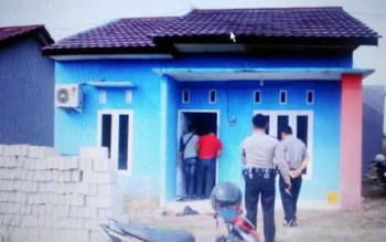 Polisi tengah melakukan olah tempak kejadian perkara (TKP) di rumah milim Budiono baru-baru ini. Rumah di BTN Griya Bumi Permai itu disatroni maling dengan modus congkel jendela kamar pada Kamis (15/9/2016). ISTIMEWA