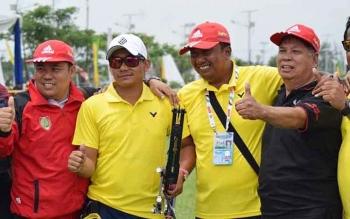 Ketua Perpani Kalteng, Ade Supriadi (kiri) foto bersama dengan Sapriatno, pelatih panahan, dan pengurus KONI seusai laga final memperebutkan medali emas, Kamis (22/9/2016). BORNEONEWS/ROKIM