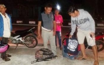 Petugas saat mengeledah ketiga tersangka di Jalan Pelita Raya Buntok. BORNEONEWS/H LAYLI